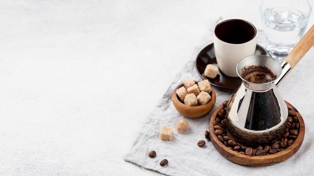 Высокий угол кофе с копией пространства