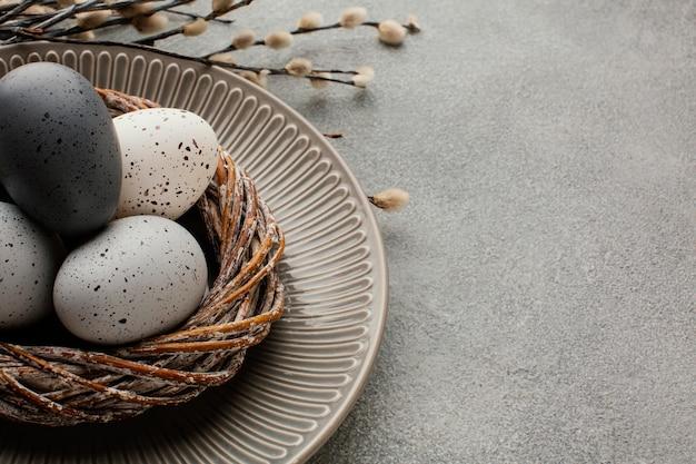 복사 공간 바구니에 착 색된 부활절 달걀의 높은 각도