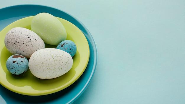 복사 공간 접시에 착 색된 부활절 달걀의 높은 각도