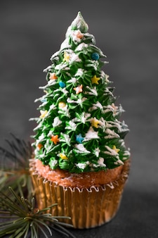 クリスマスツリーのフロスティングとカップケーキの高角度