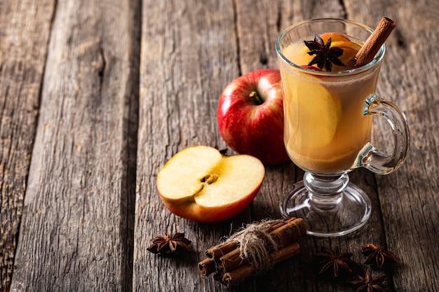 Высокий угол вкусного яблочного сока