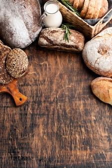 Высокий угол вкусного хлеба с копией пространства
