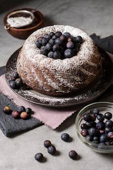 Высокий угол концепции вкусного шоколадного торта