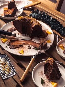 Высокий угол вкусного шоколадного торта