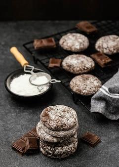 Высокий угол вкусного шоколадного печенья с сахарной пудрой