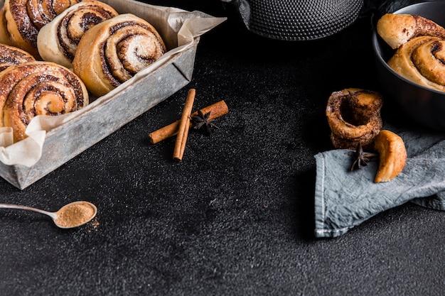 Высокий угол концепции вкусных булочек с корицей