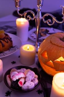 Высокий угол вкусной еды на хэллоуин