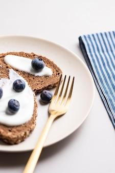 접시에 블루 베리와 함께 맛있는 아침 토스트의 높은 각도