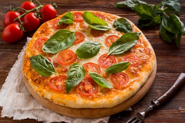 Высокий угол концепции вкусной пиццы