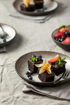 Большой угол десертов и фруктов на тарелках