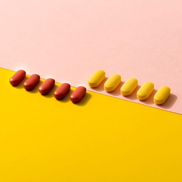 行の異なる色の錠剤の高角度