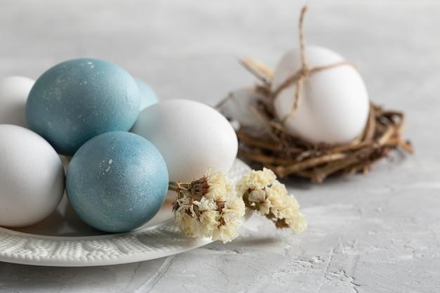 접시와 꽃 새 둥지에서 부활절 달걀의 높은 각도