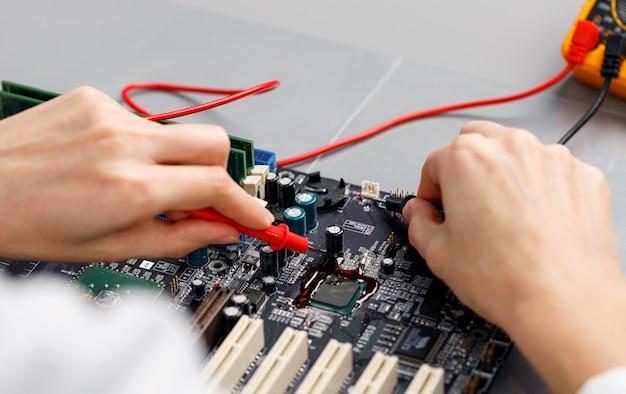 컴퓨터 마더 보드를 수리하는 여성 기술자의 높은 각도