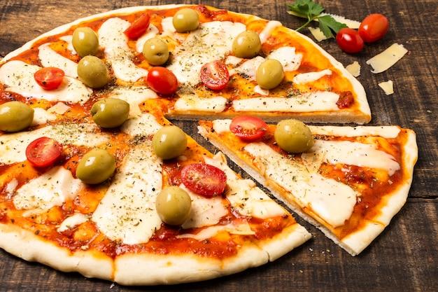 焼きたてのピザのハイアングル