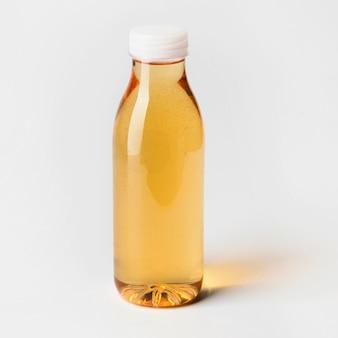 Бутылка фруктового сока под большим углом