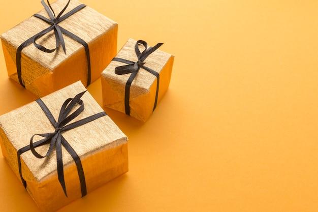 Высокий угол подарков с копией пространства