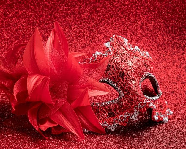 Высокий угол блестящей карнавальной маски с перьями