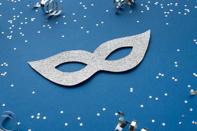 Высокий угол блестящей карнавальной маски с лентами
