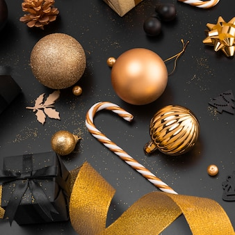 Высокий угол золотых рождественских шаров и украшений
