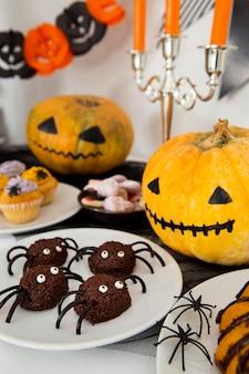 Высокий угол концепции расположения еды хэллоуина