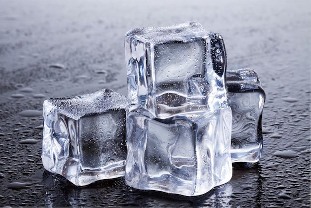 Большой угол кубиков льда
