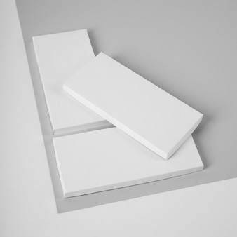 Большой угол упаковки партий шоколадных батончиков с копией пространства