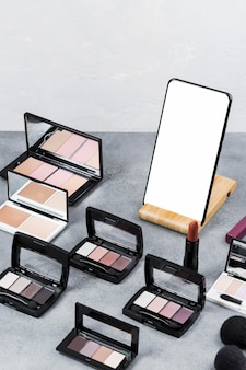 Высокий угол макияжа на концепции стола