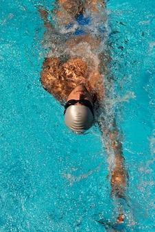수영장에서 수영하는 남성 수영의 높은 각도
