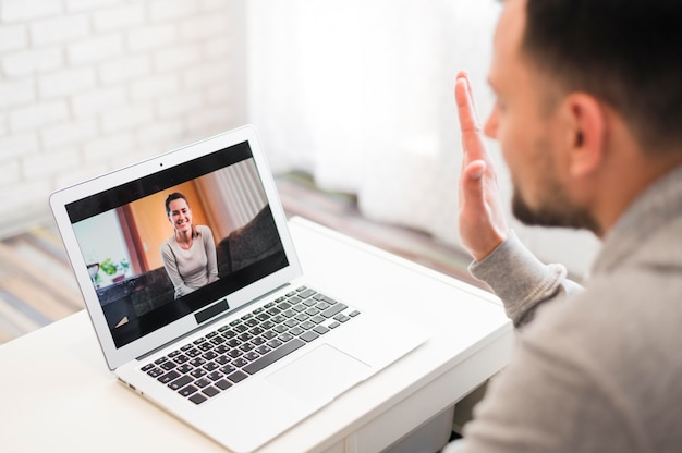 Высокий угол человека, имеющего видео звонок