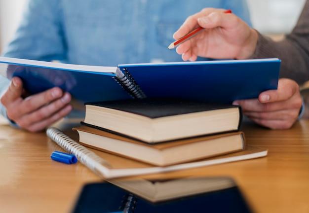 Высокий угол человека, держащего ноутбук