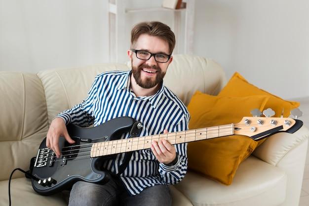 自宅でエレクトリックギターを弾く男のハイアングル