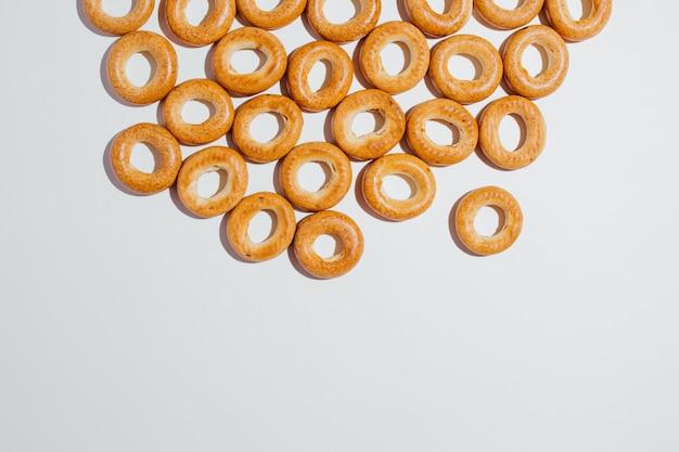 스튜디오의 흰색 배경에 신선한 베이커리와 패스트 푸드의 일종으로 많은 맛있는 갈색 베이글의 높은 각도