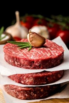 Высокий угол мяса с чесноком и зеленью