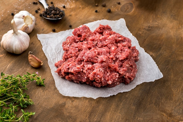 ハーブとニンニクの肉の高角度