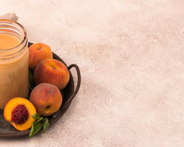 桃とコピースペースのある高角度のミルクセーキ