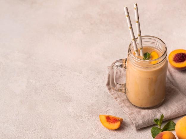 Высокий угол молочного коктейля с персиками и мятой
