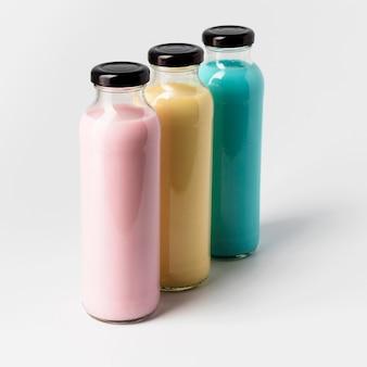 Высокий угол разноцветных бутылок сока