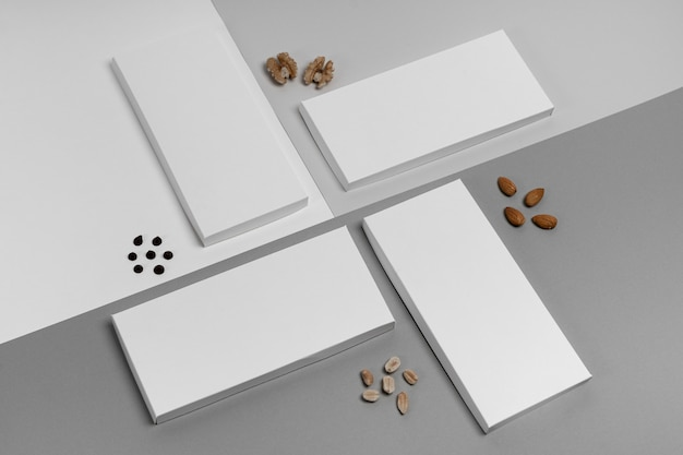 Большой угол упаковки нескольких шоколадных плиток с орехами