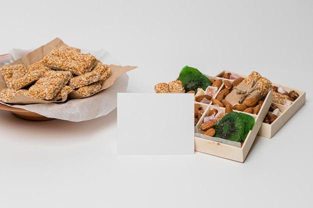ローリのお祝いのためのナッツとスイーツの高角度