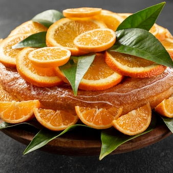 葉とオレンジ色のケーキの高角度