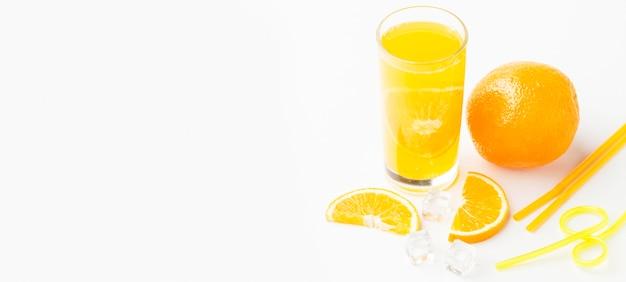 Высокий угол апельсинового сока в стакане с кожурой и копией пространства