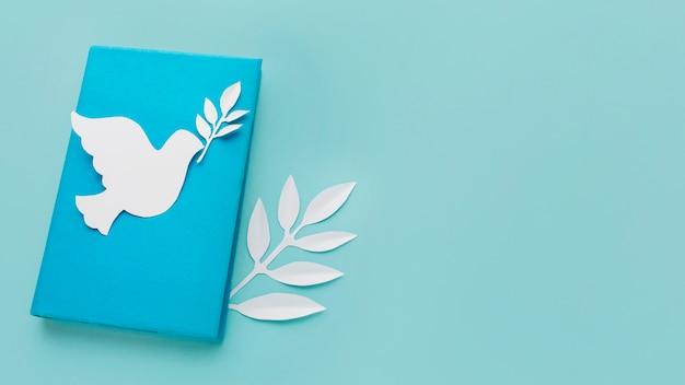 Высокий угол бумаги голубя на книге с копией пространства