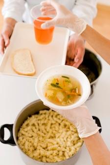 世界食糧デーのために食物を受け取る人の高い角度