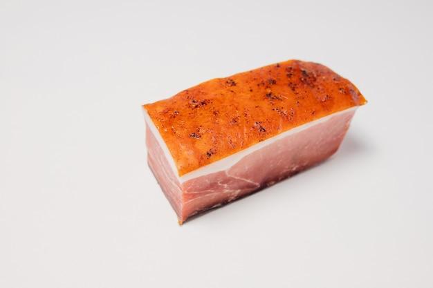 얇은 층의 라드와 훈제 건조 크러스트와 향신료를 곁들인 돼지고기 조각의 높은 각도...
