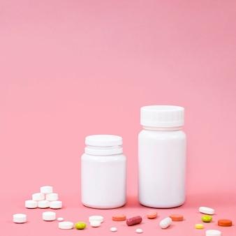 Высокий угол таблетки с контейнерами и копией пространства
