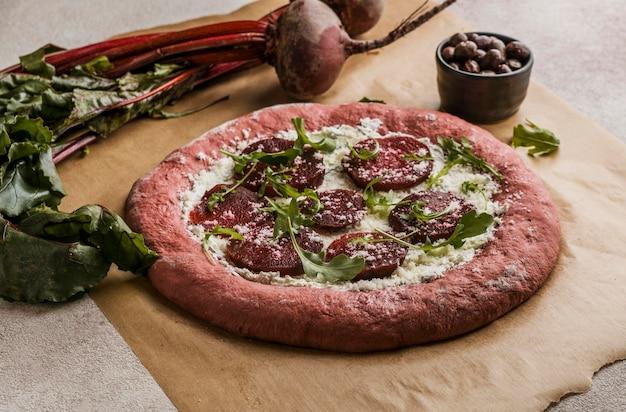 ビートスライスとチーズを使った高角度のピザ生地