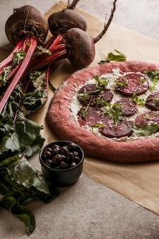 チーズとビートのスライスとピザ生地の高角度