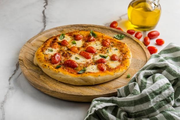 토마토와 기름을 곁들인 높은 각도의 피자