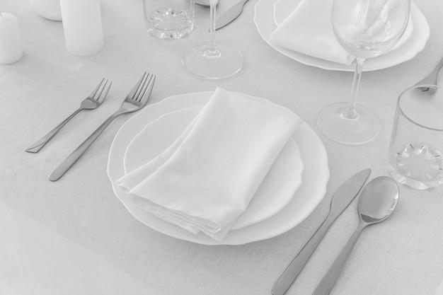 높은 각도의 접시와 흰색 테이블에 귀엽게