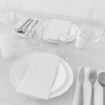 Высокий угол наклона тарелок и мило на белом столе